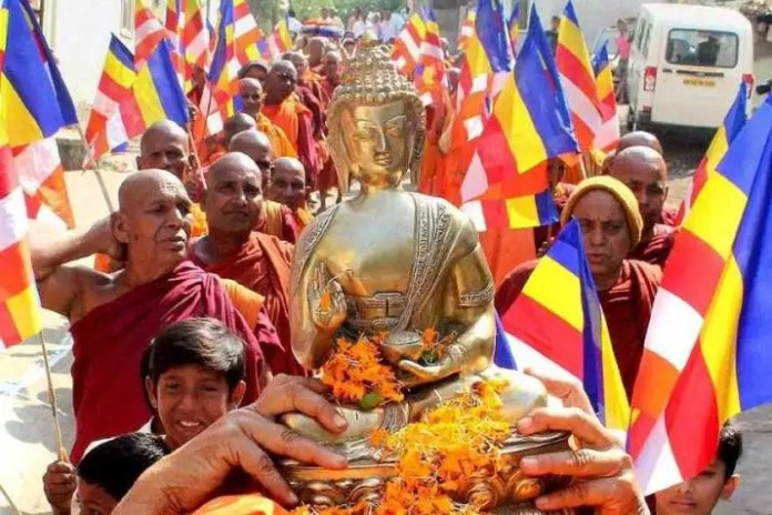1,500 Dalits Convert to Buddhism Seeking Social Equality | Buddhistdoor