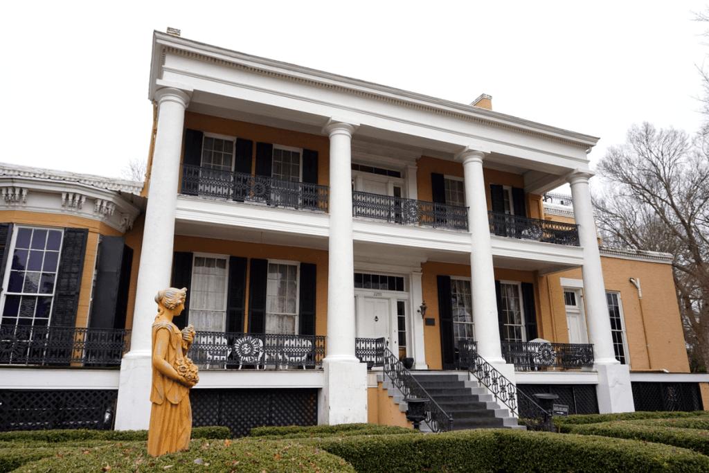 Cedar Grove Mansion is one of many Vicksburg Mansions