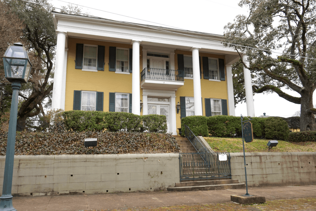 Anchuca Mansion is one of the famous Vicksburg antebellum homes