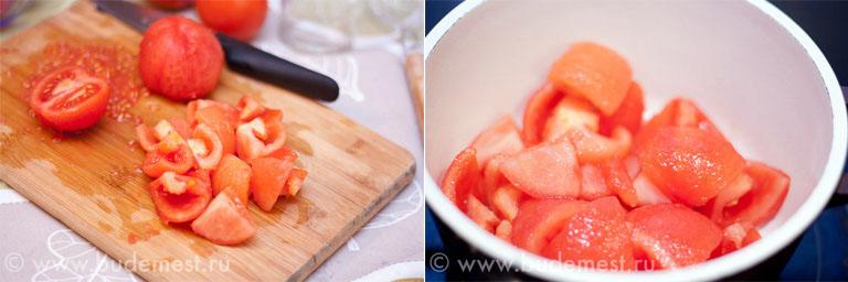 Очищенные от семян томаты в кастрюле