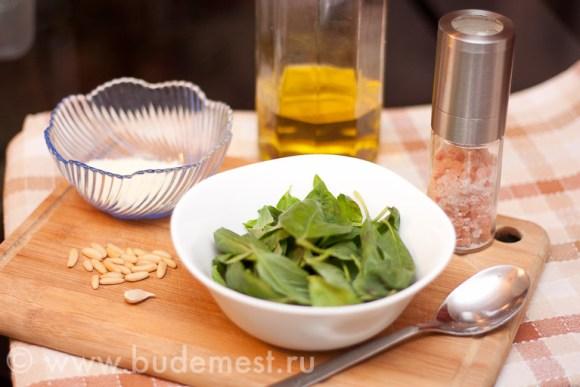 Базилик, орешки, сыр, чеснок и масло для приготовления песто алла дженовезе