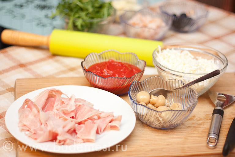 Ингредиенты для пиццы с ветчиной и грибами