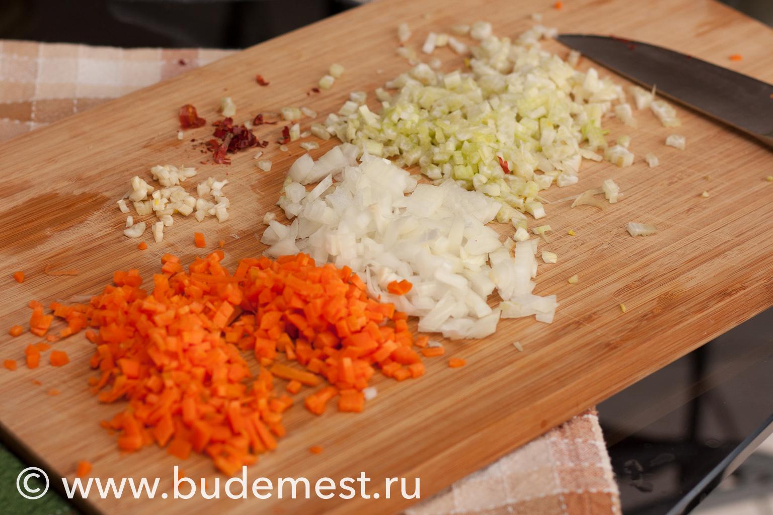 Нарежьте мелко морковь, сельдерей, лук