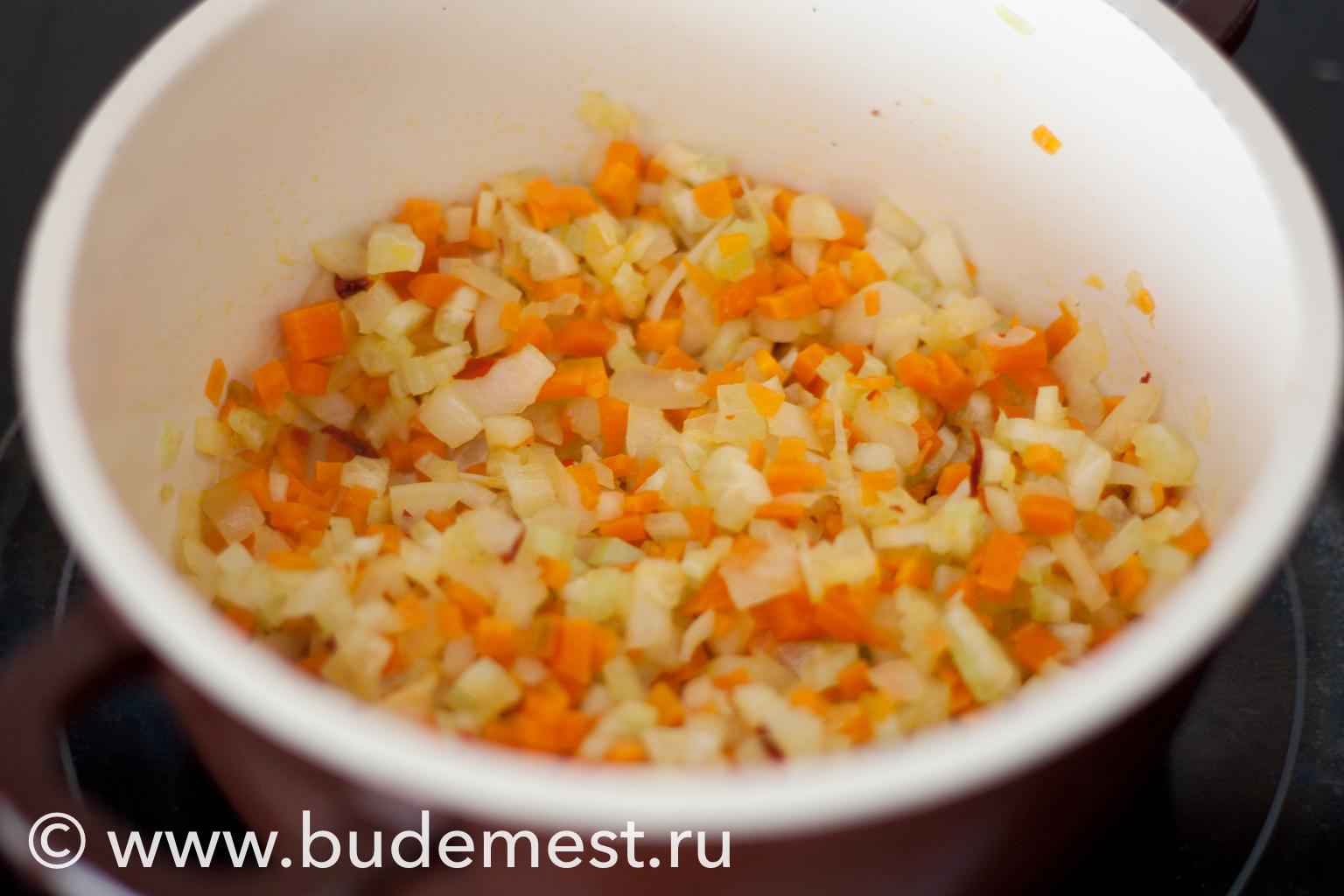 Поджарьте овощи для рагу на 1 ст.л оливкового масла