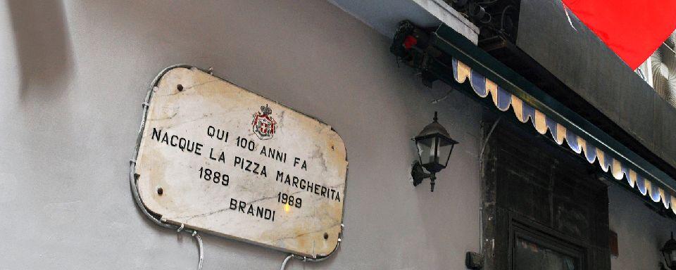 """Мемориальная табличка """"Здесь 100 лет назад родилась пицца Маргарита"""""""