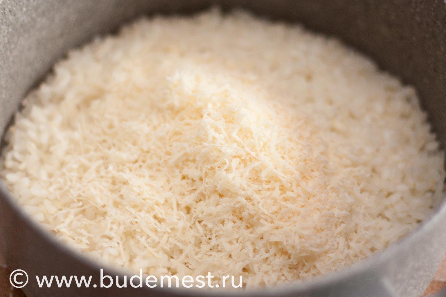 Замешайте в рис тертый сыр