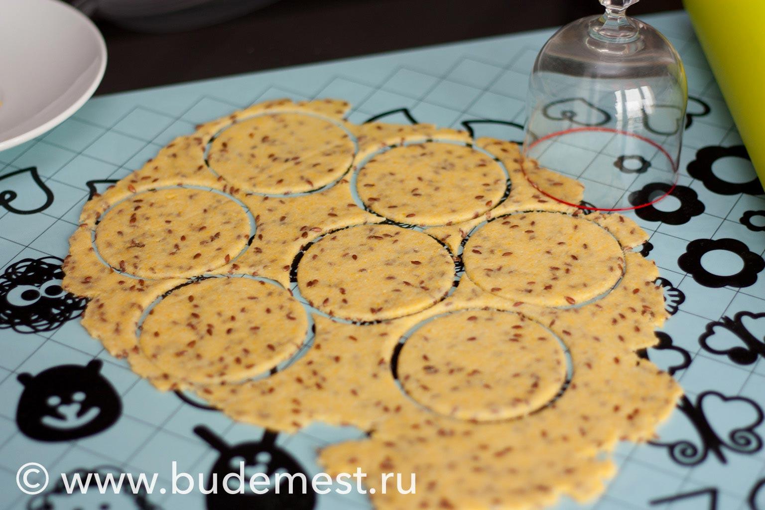 Раскатайте тесто в пласт толщиной 3-4 мм и вырежьте с помощью стакана тарталетки
