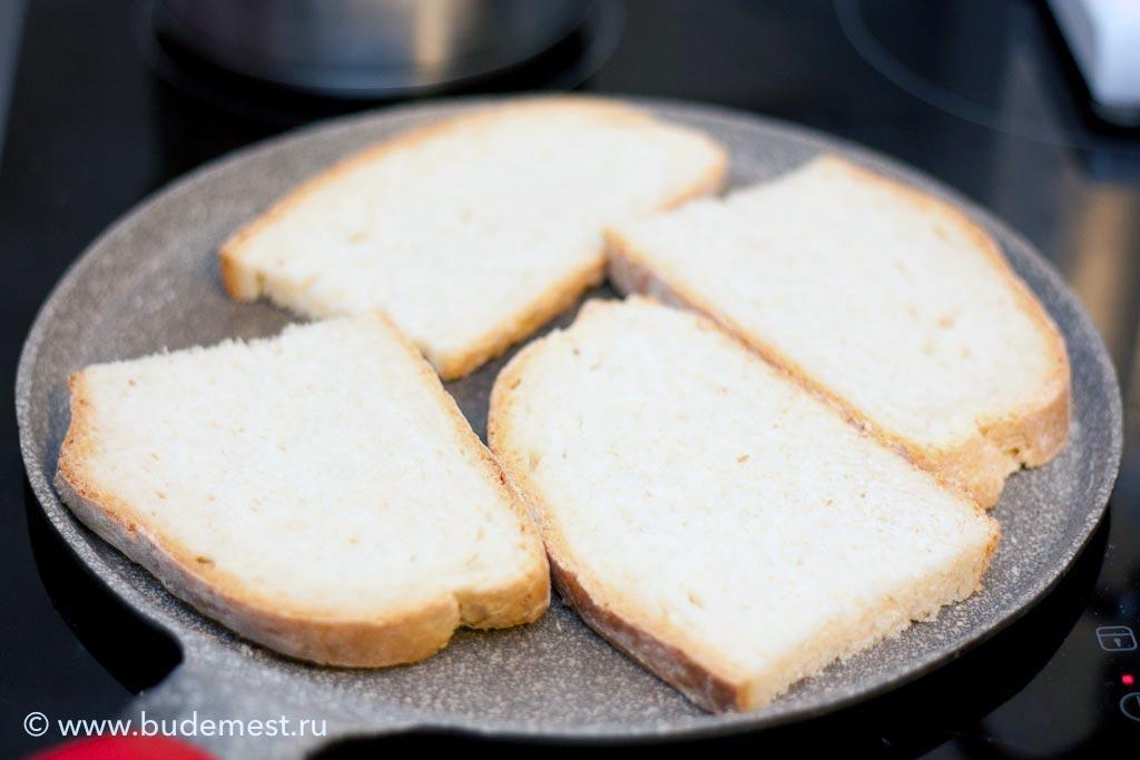 Хлеб подсушите либо в печи, либо на блинной сковороде, либо в тостере