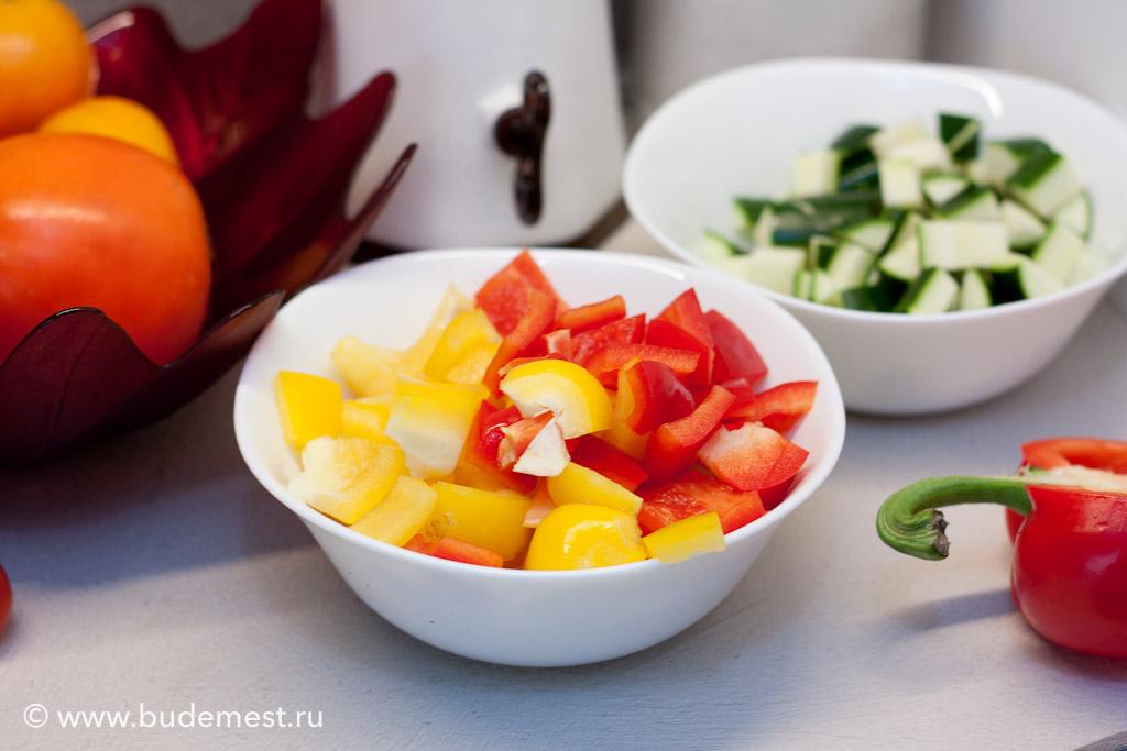 Почистите овощи и нарежьте их кубиками одинаковых размеров