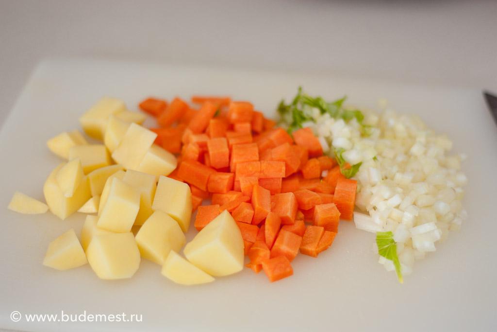 Нарежьте кубиками морков, картофель и сельдерей