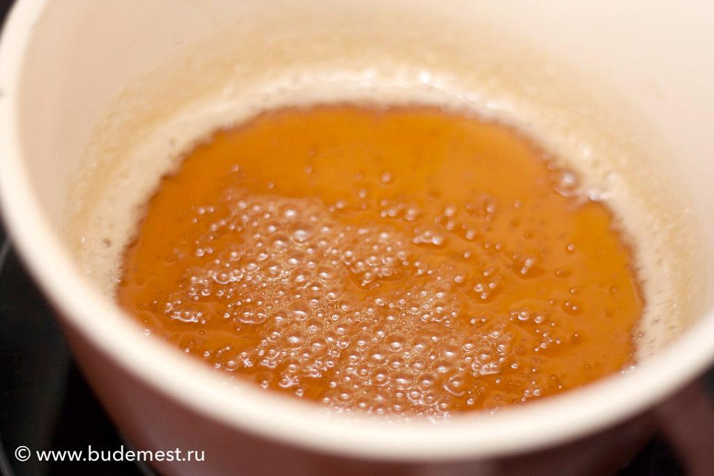 Для соуса растопите на сильном огне сахар до жидкого состояния и влейте в горячую карамель разогретые сливки, снимите с огня.