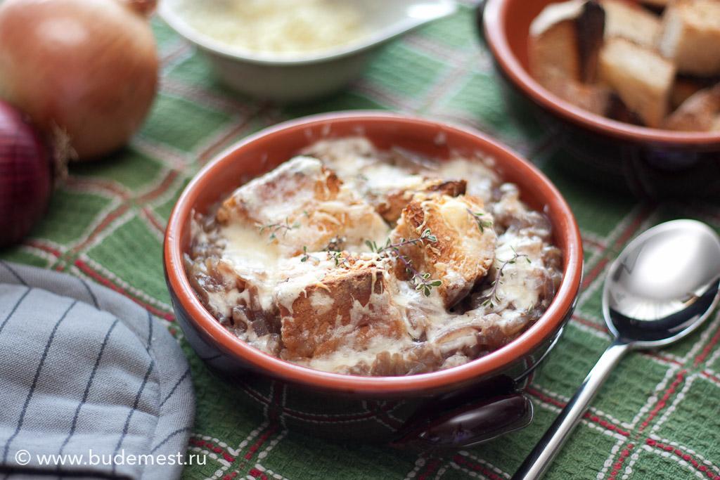 Луковый суп с сухарями и сыром