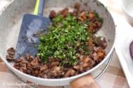 В смесь овощей добавляем мелко нарезанную петрушку и перемешиваем