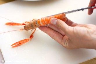С помощью ножниц отрезаем края панциря лангустина