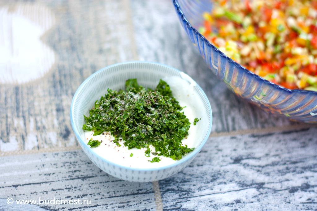 Смешиваем мелко нарезанные ароматические травы с процеженным йогуртом