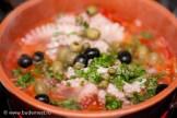 Добавляем оливки, маслины, каперсы и петрушку