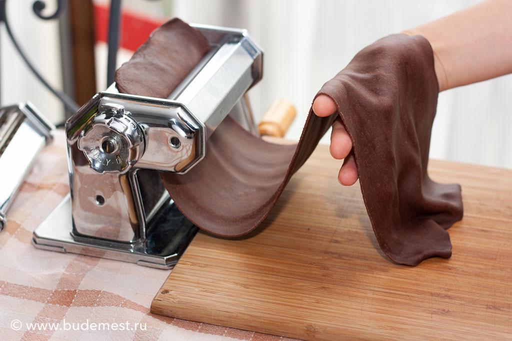 Раскатываем тесто между валиками машинки до 3 мм толщины