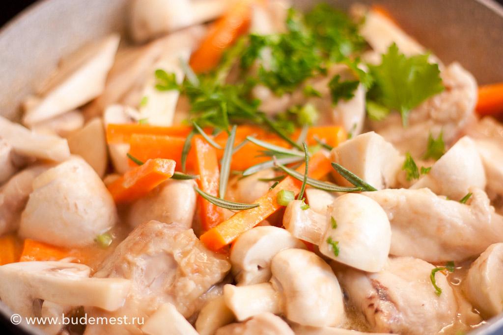 После первых 15 минут приготовления добавляем морковь, грибы и пряные травы