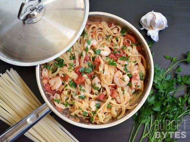 Pasta de tomate picante de camarones - BudgetBytes.com