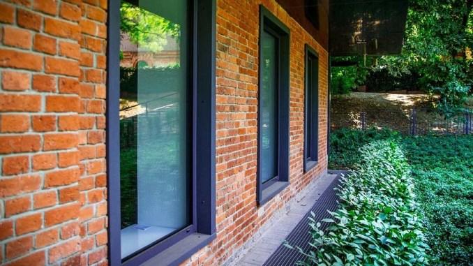Jak zamontować drzwi i okna by w domu było cicho?