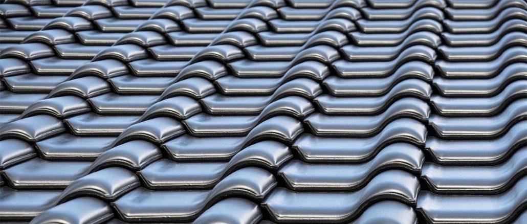 Pokrycie dachu powinno chronić cały dom przed niekorzystnymi warunkami atmosferycznymi, a także być odporne na obciążenia czy silne podmuchy wiatru.