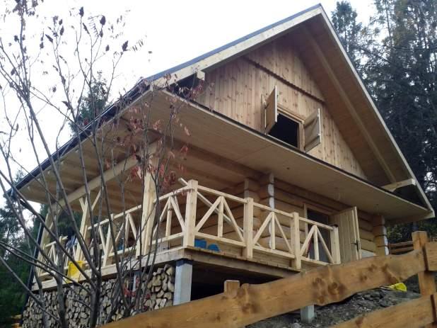 Piątrowy dom z bali