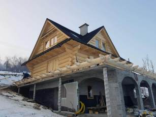 Dom z bali na fundamencie