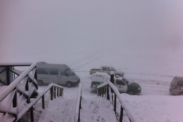 No inverno, neve é o que não falta em Pucón. Olha só o carro dos Carabineros de Chile.