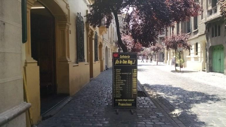 cartaz de lanchonete em rua de ladrilhos no bairro paris-londres em santiago