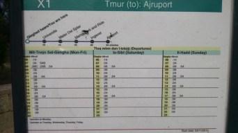 Horários das linhas em ponto de ônibus em Malta. Em maltês e inglês.
