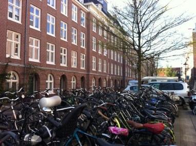 Estacionamento de bicicletas em Westerpark, um dos melhores bairros de Amsterdam