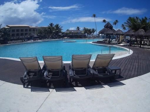 Cadeiras de sol no piscina animada