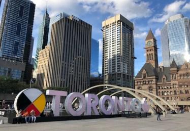 Na Nathan Phillips Square está o letreiro de Toronto