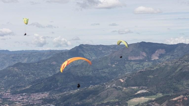 Parapentes e montanhas em Medellín