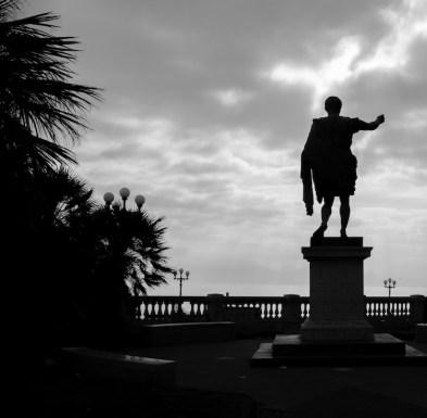 Estátua na orla de Nápoles