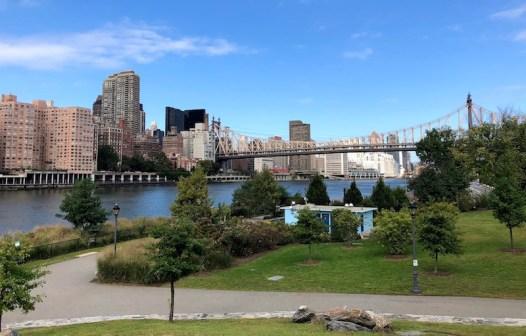 Roosevelt Island, lugar tranquilo a uma estação de metrô ou teleférico de Manhattan