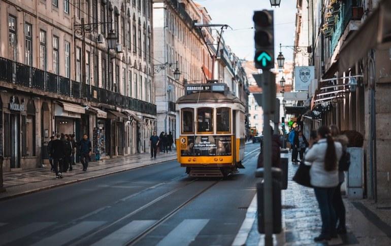Bondinho elétrico na Baixa de Lisboa. Região rica em hotéis e apartamentos de temporada.