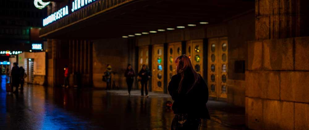 Helsingin rautatieaseman ovet pimeänä iltana.