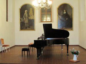 Eigens für diesen Meisterkurs stellt Frau Prof. Wollenweber ihren Steinway-Flügel leihweise für die Arbeit in der Woche der Meisterklasse in der ehemaligen Schloßkirche zur Verfügung.
