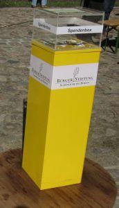 Die gelbe Spendenbox steht im EDEKA-Markt von Martina Walter an den Kassen.
