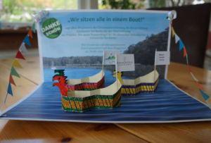 """Das symbolische Dankeschön-Geschenk der BürgerStiftung an die Gemeindevertretung mit dem Titel """"Wir sitzen alle in einem Boot"""""""