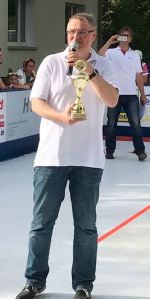 Klaus-Michael Heims, Vorsitzender der BürgerStiftung Schöneiche bei Berlin, präsentiert den von der Bürgerstiftung gespendeten Pokal.