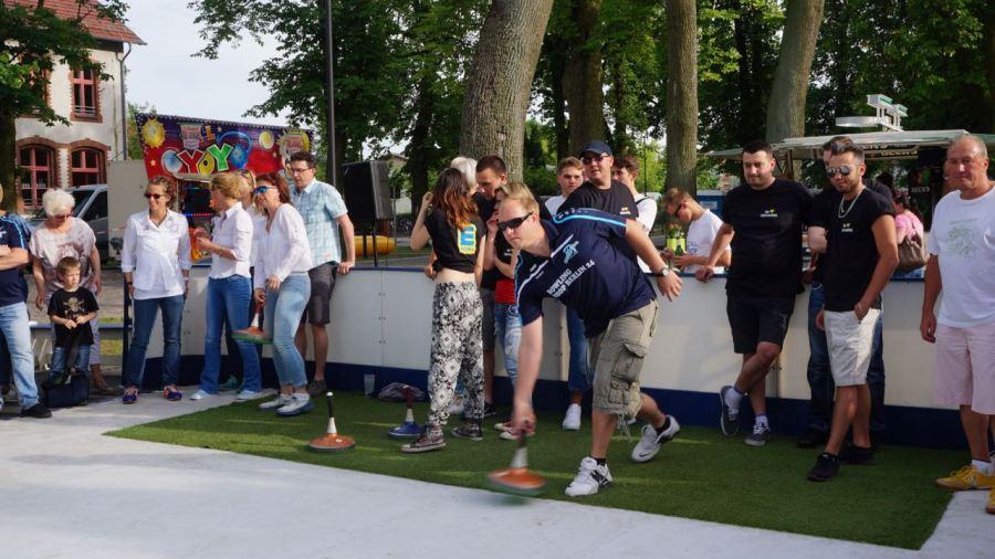 Teams im Wettbewerb - das 1. Team der Schöneicher BürgerStiftung (links) und ein Team des Bowling B1-Centerbeim Wurf.