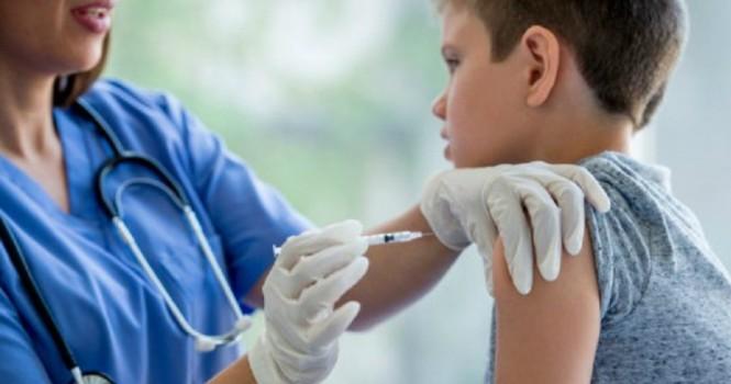 Juez ordena vacunación de niños contraviniendo a su madre