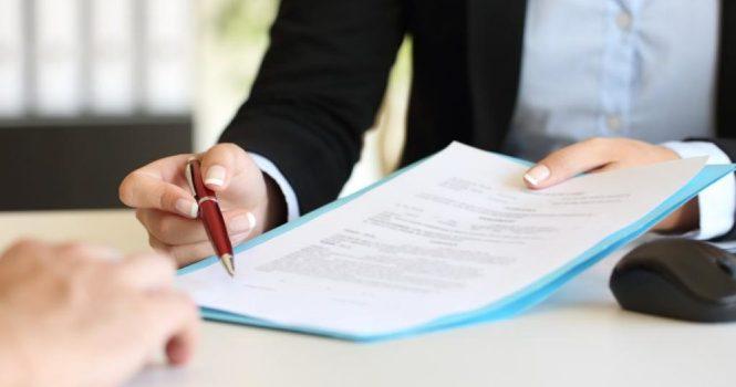 Un despido sin causa debe ser calificado como improcedente