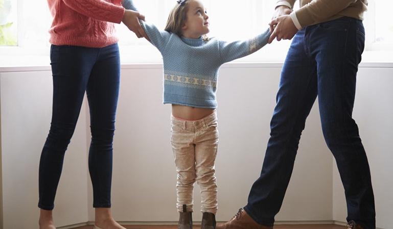 Pierde la custodia de sus hijas por trabajar demasiado
