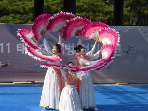 """Korean fan dance - """"Buchaechum"""""""