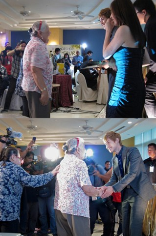 Kim Hyun Joong meets his 74-year old Filipina fan