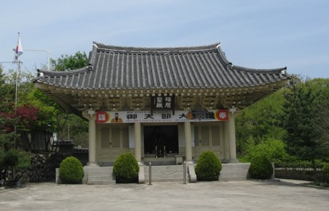 The Dangun Shrine at Sajik Park (photo taken in April 2008)