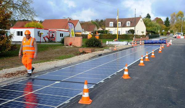 konstruksi-pemasangan-panel-surya-jalan-raya